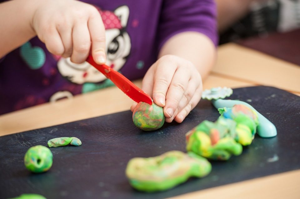 למה חשוב לתת לילדים לשחק עם בצק?